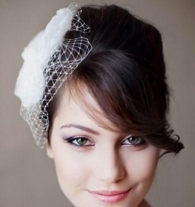 На фото изображена свадебная прическа на длинные волосы с челкой