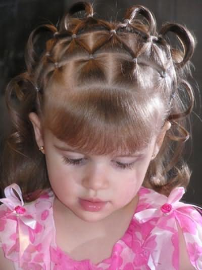 Эти косички на короткие волосы для девочек выглядят оригинально, живо, модно.