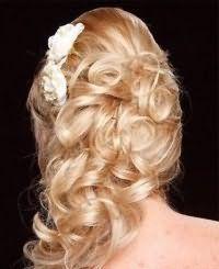 Свадебная прическа на бок для длинных волос.