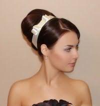 Свадебная прическа с аксессуаром для длинных волос.