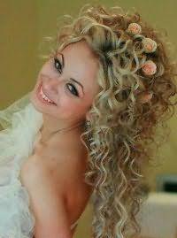 Свадебная прическа с красивыми локонами.