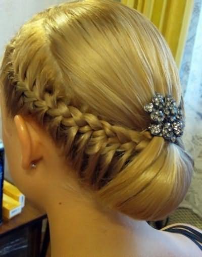 На этом фото косы заплетены по бокам и соединены в хвост с распущенными затылочными прядями