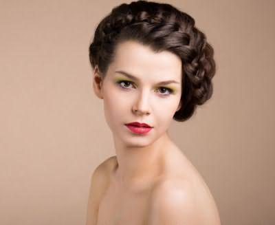 Такое круговое плетение волос на средние волосы сделает любую девушку королевой