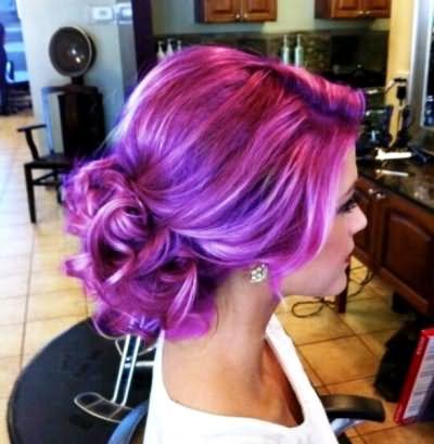 Модель с лилово-фиолетовыми волосами выглядит хоть и ярко, но стильно и не шокирующе.