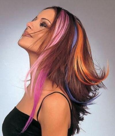 На фото видно, как цветные пряди могут преобразить внешность.