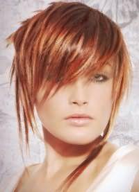 Асимметричная короткая стрижка для прямых волос рыжего цвета с мелированием отлично дополняется удлиненной рваной челкой на бок и дневным макияжем