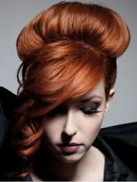 Высокая прическа бабетта для длинных волос медно-рыжего оттенка гармонично смотрится с дополнительным объемом и удлиненной челкой, уложенной в виде локонов на бок