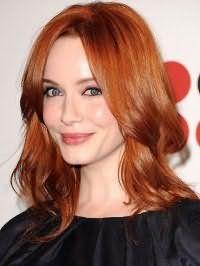 Светло-рыжие прямые волосы средней длины, оформленные в каскадной стрижке, прекрасно смотрятся с укладкой с прикорневым объемом и макияжем с широкими черными стрелками