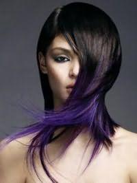 Вариант креативной стрижки с рваными концами и колорированием для длинных волос черного цвета