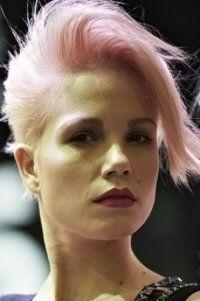 Женская креативная стрижка с удлиненной челкой для коротких волос розового оттенка