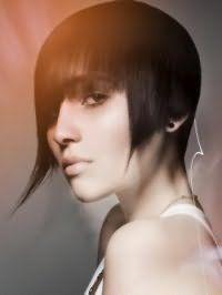 Модная креативная стрижка с удлиненными передними прядями для коротких черных волос