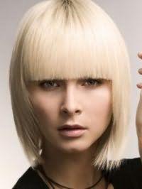 Красивая креативная стрижка с густой челкой для прямых волос средней длины