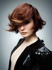 Ультрамодная креативная стрижка с челкой на бок для средних волос шоколадного оттенка