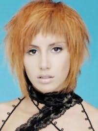 Вариант креативной стрижки, выполненной в рваной технике, на тонкие средние волосы светло-рыжего оттенка