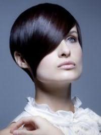 Идея креативной стрижки для квадратного лица с удлиненной косой челкой на средние волосы черного цвета