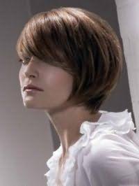 Женская креативная стрижка с челкой на бок для густых прямых волос средней длины темно-русого цвета