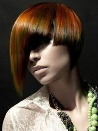 Стильная креативная прическа на основе стрижки боб с асимметричной длинной челкой для средних волос рыжего цвета с колорированием