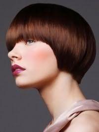 Креативный вариант женской стрижки с челкой для густых прямых волос средней длины шоколадного оттенка