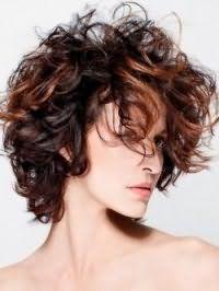 Ультрамодная креативная стрижка для кудрявых волос средней длины с мелированием