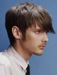 Вариант креативной мужской стрижки с удлиненной челкой для коротких волос прямого типа темно-каштанового цвета