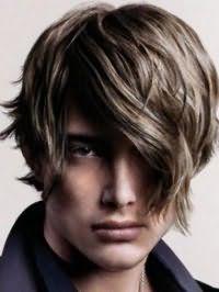 Вариант креативной мужской стрижки с удлиненной косой челкой для длинных волнистых волос темно-русого оттенка