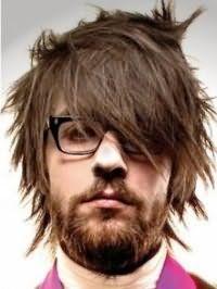 Мужская креативная стрижка с модной укладкой и челкой на бок для тонких прямых волос средней длины каштанового цвета
