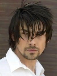 Мужской вариант креативной стрижки с асимметричной челкой для прямых тонких волос средней длины черного оттенка