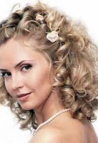 Вариант прически для кучерявых волос