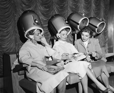 После изобретения химической завивки женщины все чаще стали проводить эксперименты со своей шевелюрой