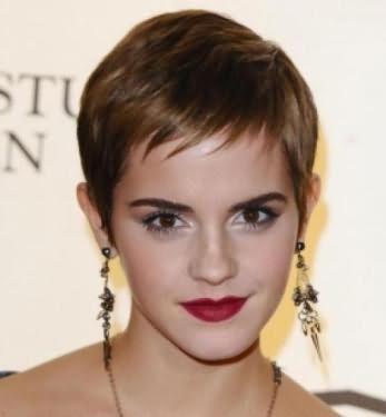 Обворожительные девушки с короткими волосами с челкой прочно занимают первые места в рейтингах современных модных причесок.