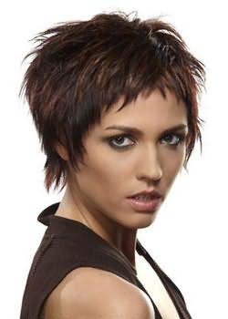 Сегодня очень популярны среди молодежи стрижки для коротких волос с челкой.