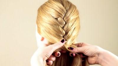 Французская коса наутро обеспечит каскад мягких волн
