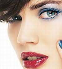 Синие тени прекрасно подходят для жгучей брюнетки с голубыми глазами.