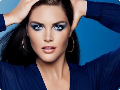 Наилучший макияж для синих глаз и темных волос получится в сочетании черных стрелок, которые делают взгляд особенно привлекательным с голубыми или темно-синими тенями.