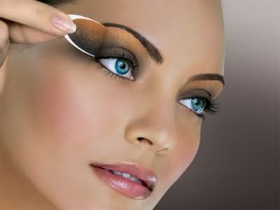На фото показан вариант макияжа глаз для брюнетки с голубыми глазами.