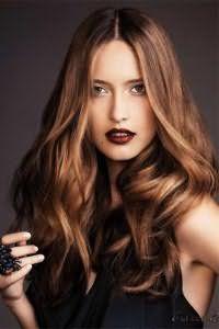 Обладательницам теплого цветотипа можно выбрать темно-карамельный тона волос, который будет сочетаться с укладкой в виде легких локонов и дополнит вечерний мейк-ап с акцентом на темно-шоколадные губы