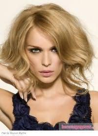 Девушкам со светлой кожей лица хорошо подойдет холодный светло-карамельный цвет волос, дополняющий короткую асимметричную стрижку и макияж в серо-зеленой гамме