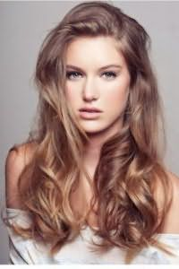 Обладательницам холодного цветотипа внешности отлично подойдет пепельно-карамельный оттенок волос, гармонично сочетающийся с укладкой в виде крупных локонов и дневным легким макияжем