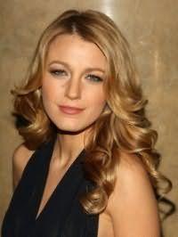 Длинные волосы карамельного цвета с укладкой в виде средних локонов отлично дополнят образ в сочетании с дневным макияжем в коричнево-золотистой гамме для девушек с голубыми глазами