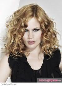 Холодный светло-карамельный цвет волосы станет хорошим выбором для девушек с холодным цветотипом, а укладка в виде мелких локонов дополнит образ в сочетании с макияжем смоки айс