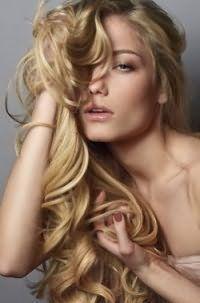 Длинные волосы светло-карамельного цвета отлично выглядят в укладке с крупными локонами и дополняются легким дневный макияжем,в из светло-коричневых гамме