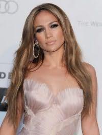 Карамельный цвет волос Дженнифер Лопес на длинных волосах гармонично выглядит в тандеме с вечерним макияжем смоки айс и помадой нежно-розового оттенка