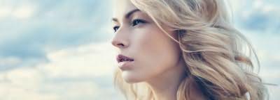 Калифорнийское мелирование позволяет достичь эффекта выгоревших волос