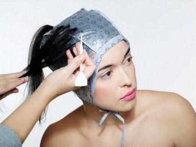 В домашних условиях вместо шапочки для мелирования можно использовать плотный полиэтиленовый пакет, который аккуратно, но достаточно плотно завязывают чепчиком