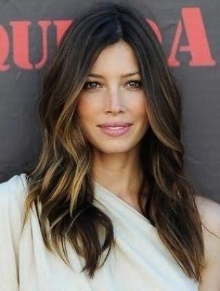 Длинные волосы темно-русого цвета с мелированием отлично смотрятся на стрижке лесенка и хорошо дополняют образ в сочетании с естественным макияжем глаз и помадой нежного розового цвета
