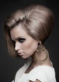 Эффектная прическа с начесом и челкой для средних волос пепельно-русого цвета