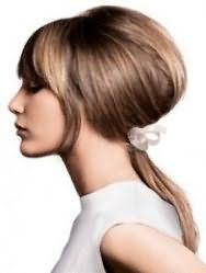 Прическа в стиле стиляги хорошо вписывается в повседневный образ. Для её создания волосы начесываются в средней части затылка и фиксируются оригинальной заколкой в самом низу. Челка укладывается прямо. Прическа подойдет обладательницам средней длины волос пепельно-русого оттенка.