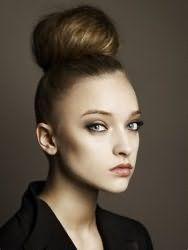 Очень стильно выглядит данный вариант прически бабетта. Волосы необходимо гладко зачесать и собрать в высокий хвост на макушке, который можно начесать по всей длине для придания объема. Далее пряди укладываются в валик вокруг хвоста и фиксируются шпильками. Прическа станет отличным решением для тонких волос.