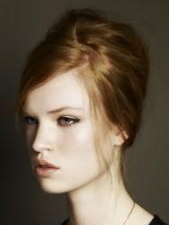 Хорошо впишется в образ на каждый день лаконичная прическа бабетта. Волосы делятся на неровный пробор и укладываются по двум его сторонам. Оставшиеся пряди начесываются и фиксируются на затылке. Выбившиеся прядки придают прическе естественность.