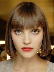 Вариант стрижки каре с прямой челкой для прямоугольного типа лица и темно-русых волос